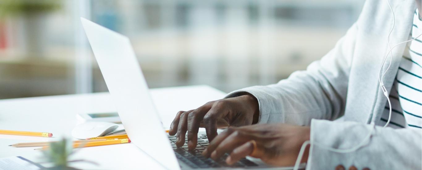 Un homme communique avec le coordonnateur GEDᴹᴰ par courriel sur un ordinateur portable.
